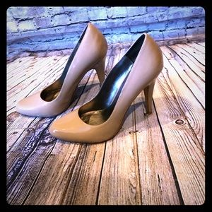 Aldo beige patent leather round toe pump 38